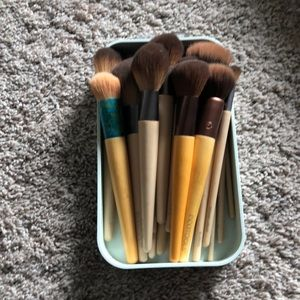 Eco Tools Cosmetic Brushes and round sponges
